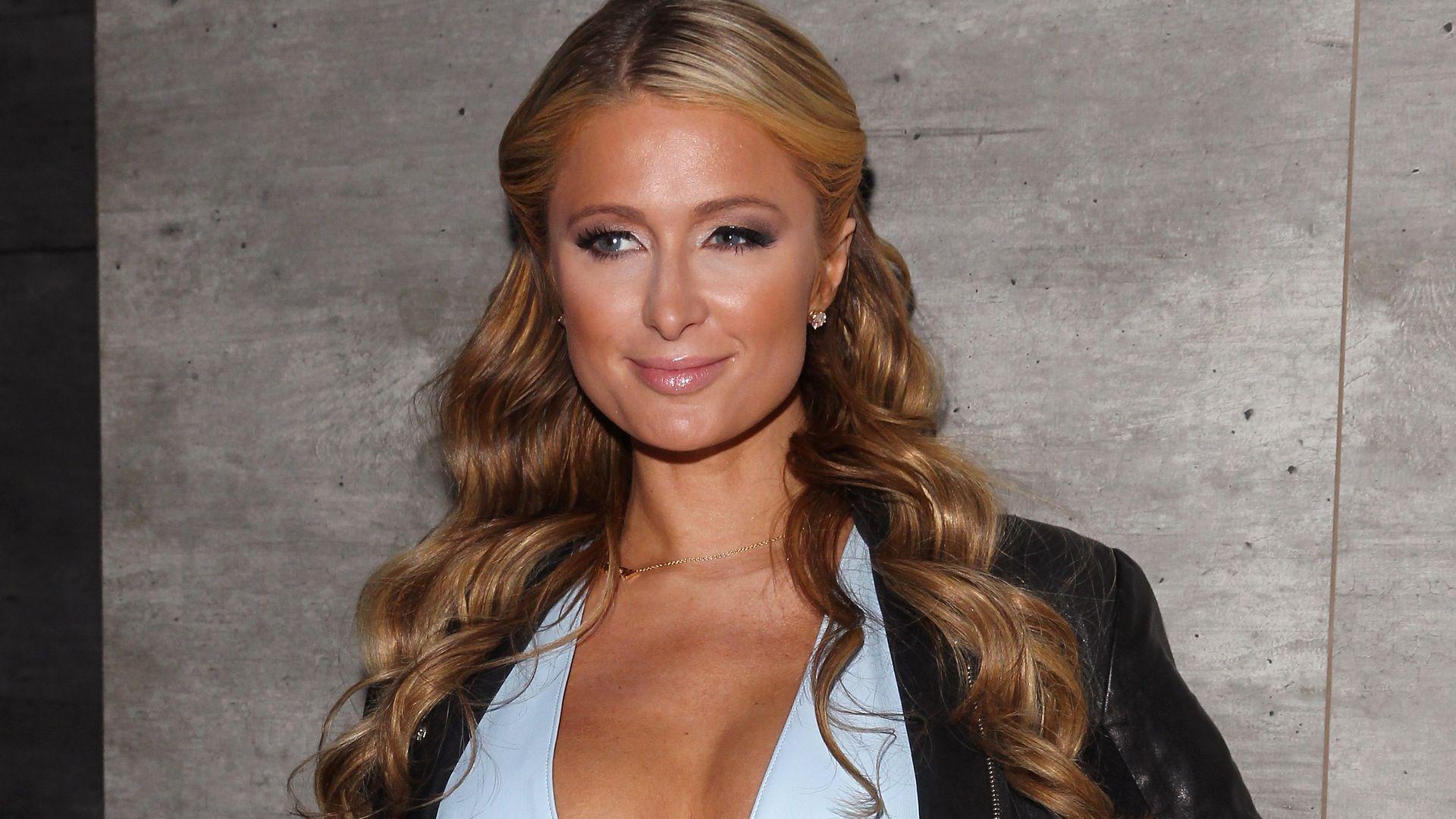 Paris Hilton zeigt schon wieder ihren neuen Busen