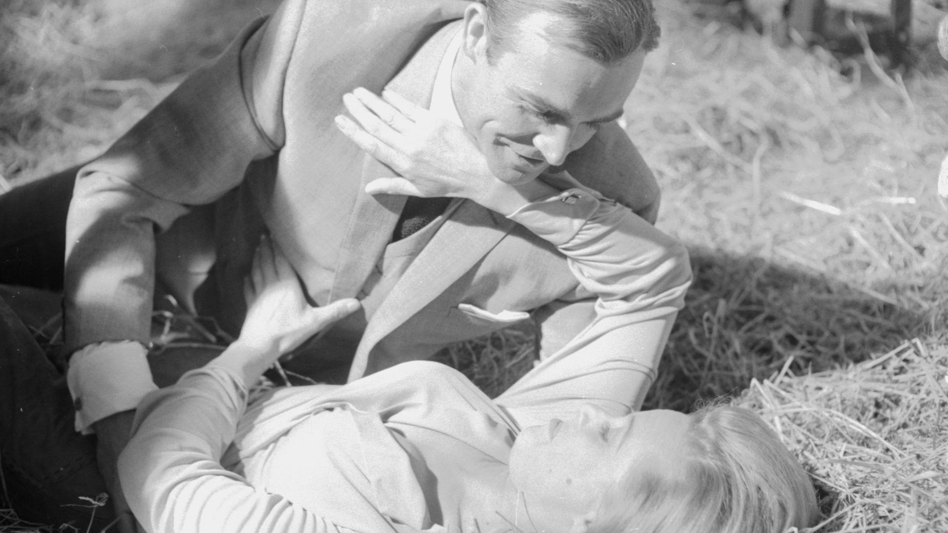 Regisseur kritisiert: James Bond hat Frauen vergewaltigt