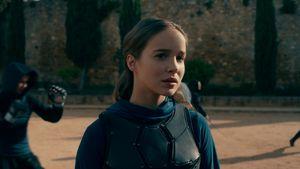 """Wem sieht """"Warrior Nun""""-Star Alba Baptista bloß so ähnlich?"""
