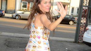 Alicia Arden mit ihrem Handy in Hollywood