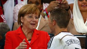 Sogar Angela Merkel: Promis bedauern Schweinis Fußball-Aus