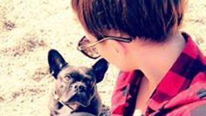 Angelina Heger mit Bulldogge Louis