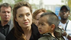 Angelina Jolie mit Sohn Maddox in England 2005