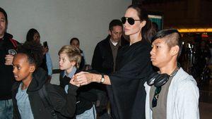 Angelina Jolie mit ihren Kindern Zahara, Shiloh und Maddox am Flughafen in Los Angeles