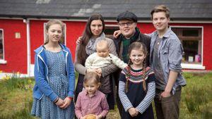 Angelo Kelly mit seiner Frau Kira und den gemeinsamen fünf Kindern