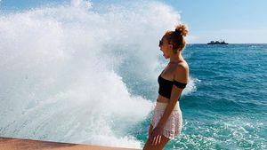 Anna Ermakova wird beim Shooting von einer Welle überrascht