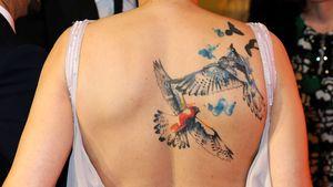 Ungewohnt! Wem gehört denn dieser Tattoo-Rücken?