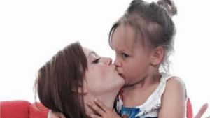 Anne Wünsche küsst ihre Tochter Miley