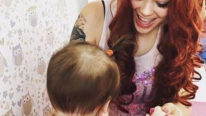 Anne Wünsche spielt mit ihrer Tochter