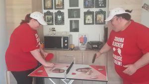 Annika und Ingo verkaufen Tischtennisplatten für guten Zweck