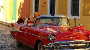 Ashley Graham im Bikini auf Motorhaube in Puerto Rico