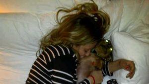 Aubrey O'Day geht mit ihrem Hund ins Bett
