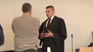 Axel G. und sein Anwalt Henning Köhler im Landgericht Neubrandenburg
