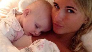 Schlummer-Selfie: Billie Faiers verzückt von Baby Nelly