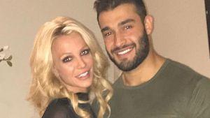 Verlobt? Britney Spears mit fettem Klunker am Strand gesehen