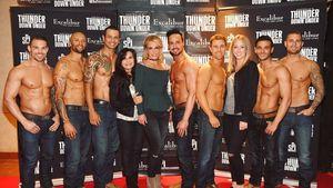 """Britney Spears und Mama Lynn mit den Jungs von """"Thunder From Down Under"""""""