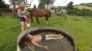 Gerhard und Nicole beim Bad auf der Weide