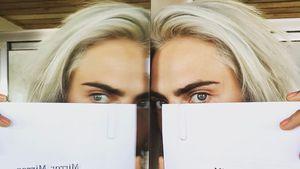 """Cara Delevingne mit ihrem Buch """"Mirror, Mirror"""""""