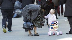 Putzig! Carmen Baldwin fährt ihre Puppen spazieren
