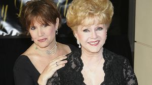 Carrie Fisher und Mutter Debbie Reynolds auf dem 75. Geburtstag von Elizabeth Taylor