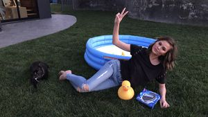 Chrissy Teigen mit Oreo-Keksen