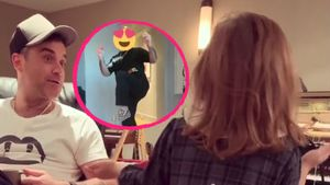 Mit Smiley-Kopf: Robbie Williams tanzt für Töchterchen Teddy