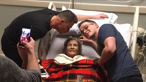 """Arrow""-Star Colton Haynes bangt um seine todkranke Mutter"