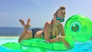 Dagi Bee im Pool auf Ibiza
