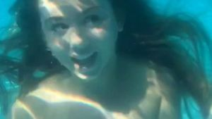 Aufgepasst, Lisa & Lena: Dalia Mya singt Songs unter Wasser!
