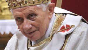 Papst Benedikt XVI ist auf einem Auge erblindet!