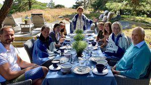 Alle an einem Tisch: Sommergrüße von den norwegischen Royals