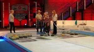 Sarah Lombardi, Konny Reimann und Manu Reimann beim Curling-Training
