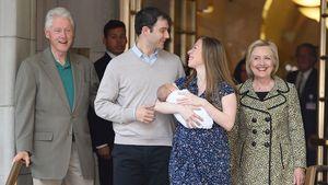 Bill Clinton, Marc Mezvinsky, Chelsea Clinton und Hillary Clinton nach Aidans Geburt