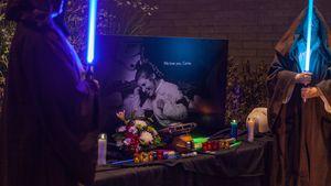Fans von Carrie Fisher mit Lichtschwertern auf dem Walk of Fame