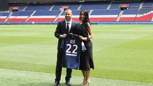 Jesé und Aurah Ruiz bei seiner Präsentation in Paris