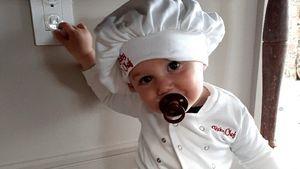 Welches Promi-Baby ist hier als süßer Mini-Koch verkleidet?