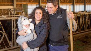 Bauer Guy mit Frau Victoria und Baby Charlotte im Kuhstall