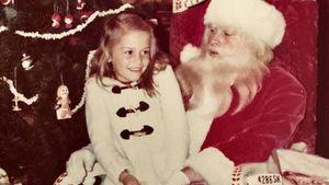 Welcher Popstar sitzt denn hier auf Santa Claus' Schoß?
