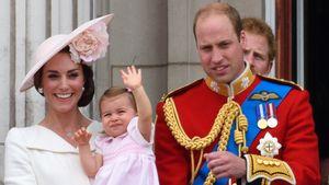 Herzogin Kate, Prinzessin Charlotte, Prinz George und Prinz William auf Balkon des Buckingham Palace