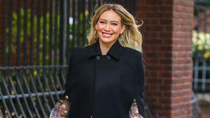 Am Set: Hier versteckt Hilary Duff geschickt ihren Babybauch