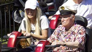 Hugh Hefner: Im Opa-Roller durch Disneyland