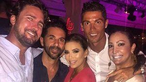 Fußball-Star Cristiano Ronaldo (2.v.r.), José Baston (2.v.l.), Eva Longorio (m.), Maria Bravo (r.)