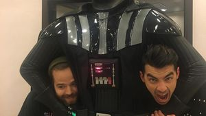 "DNCE-Stars Jack Lawless und Joe Jonas mit ""Star Wars""-Schurke Darth Vader in Tokio"