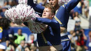 James Corden als Cheerleader