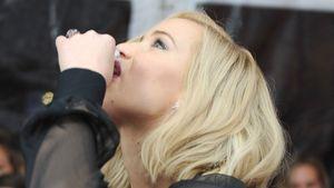 Schnapsdrossel? Jennifer Lawrence trinkt Whisky auf Premiere
