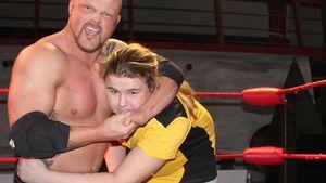 Prügel für Wollnys: Wrestler Bad Bones langt zu!