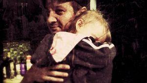 Da ist sie! Jeremy Renner zeigt sein Töchterchen