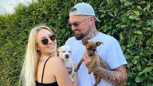 So haben Jessi und Nik Schröders Hunde auf das Baby reagiert