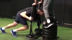 Mucki-Nerd: TBBT-Sheldon Jim Parsons schiebt 330 Kilo!