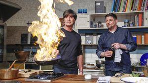 """Joachim Löw und Tim Mälzer bei der Kochshow zur Präsentation ihres Kochbuchs """"Erfolgsrezepte"""""""